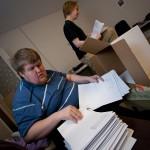 Olli ja Joonas laskevat kirjeiden määrää.